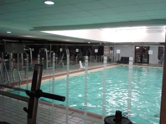 La salle de fitness derri re la piscine picture of for Piscine montparnasse