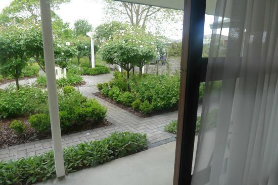 Aroha Bu0026B Feilding: Vue De La Chambre Avec Fenêtre Coulissante Donnant Sur  Le Jardin Et