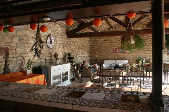 Ledenon, Frankrike: le coin bar