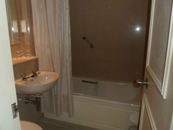 Eyre Square Hotel: Bathroom
