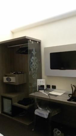 Des Etrangers : armadio e televisore