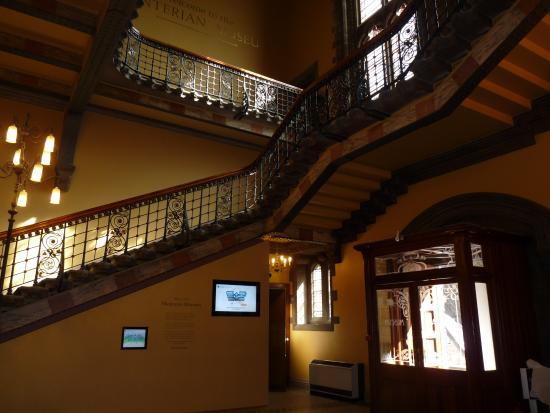 Hunterian Museum: Stairway to Museum 2