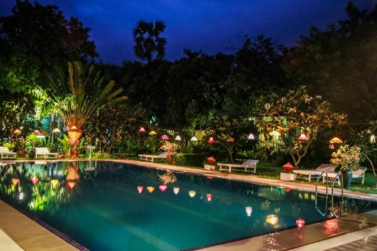 Thante Hotel Nyaung Oo: Pool in the evening