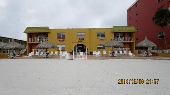 Far Horizons Motel : This is the Hotel from the Beach