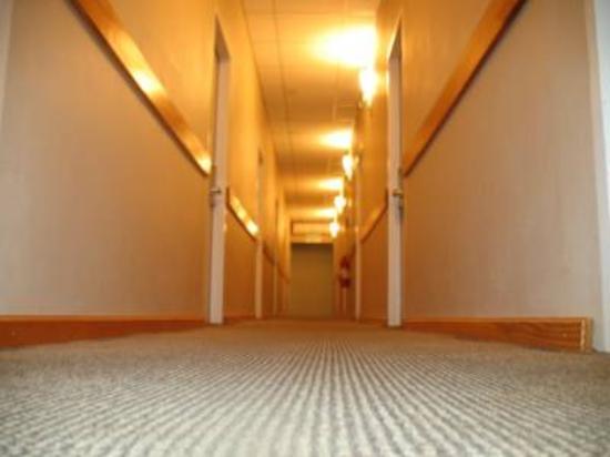 Airport Suites Hotel: Corridor Pool View Rooms