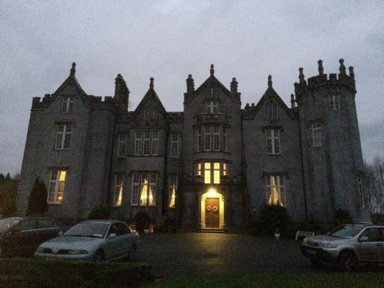 Kinnitty Castle Hotel : Front view of the castle at dusk