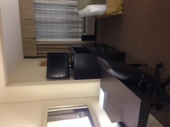 Holiday Inn Express & Suites Jacksonville Airport: work space & TV