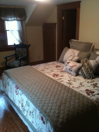Acorn Ridge Bed and Breakfast: the Southern Red Oak Room