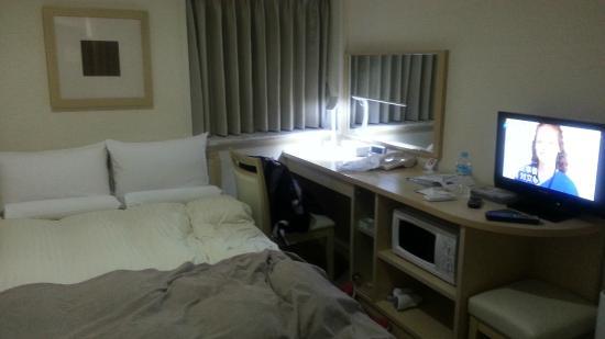 Hotel Mystays Higashi-Ikebukuro: 床、書桌