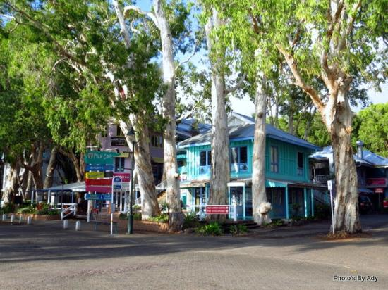 Palm Cove Holiday Park: Palm Cove shopping village.