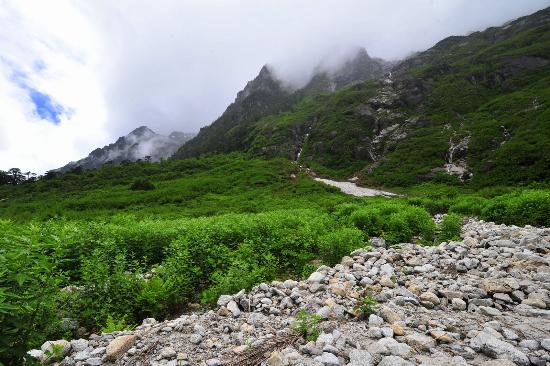 Gongshan County, Chiny: Trekking between the Nujiang & Dulong Valleys.
