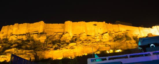 King's Retreat Jodhpur: View of Mehrangarh fort from the hotel terrace at night