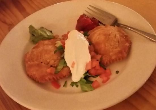 Abeel's Restaurant: Empanadas with dollops of avocado and salsa, and chopped tomato, lettuce, and sour cream.