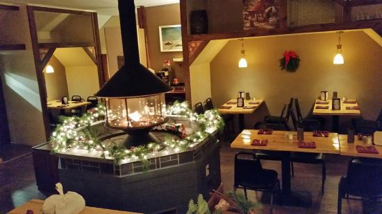 Abeel's Restaurant: Dining nooks and fireplace