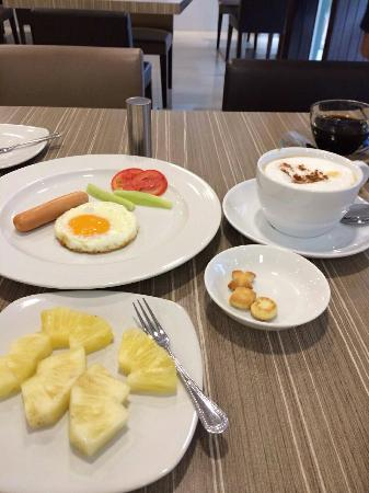 Reno Hotel: Breakfast, minus that cappucino there on the right!