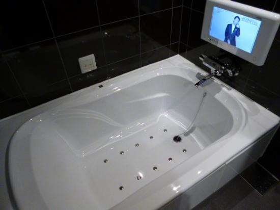 Utility Hotel Cooju : テレビ付きのバスルーム