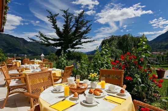 Johanneshof Hotel & Residence: Frühstück auf der Terrasse am Pool