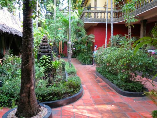 Bopha Siem Reap Boutique Hotel: Grounds outside rooms.