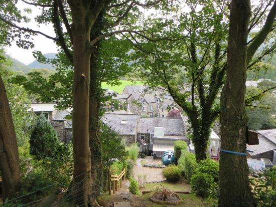 Colwyn Guest House: The view from the garden behind the house