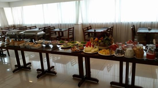 Oscar Hotel Executive: O café da manhã bem variado.