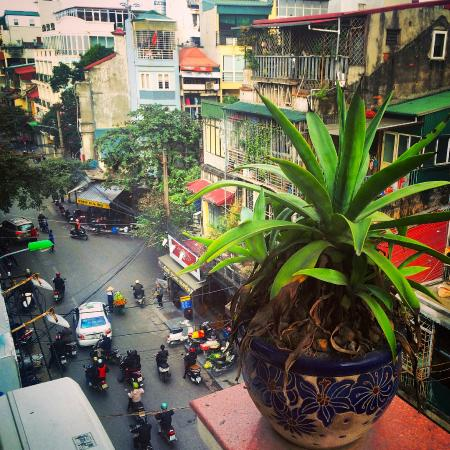 Little Hanoi Diamond Hotel: Street view of Hanoi from private room