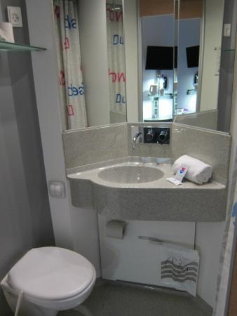 Bathroom foto di cabinn city hotel copenhagen for Cabin hotel copenhagen