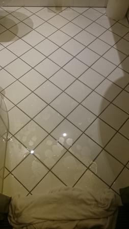 InterCityHotel Duesseldorf: resto de agua en el suelo una vez empapada la toalla