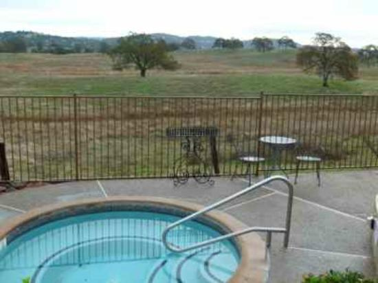 Shenandoah Inn: Pool and barbecue area