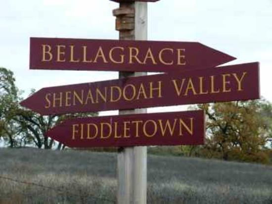 Shenandoah Inn: Nearby sign to wine tasting