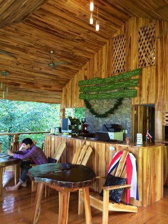Drake Bay Cafe: Detalles de madera, jardín tropical y un café rico...