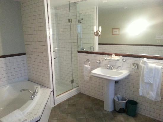 Auberge De La Place Royale: Full Bathroom With Jacuzzi, Stand Alone Shower,  And Part 69