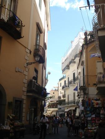 Ruga Nova Mercatorum (Via dei Mercanti): Linda rua estreita, com bares. sorvetes, restaurantes, cafes.
