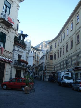 Ruga Nova Mercatorum (Via dei Mercanti): Rua estreita com hoteis, cafes, sorvetes. Amalfi é linda.