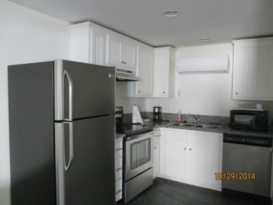 Harbour Inn: kitchen in queen suite