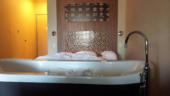 Casulo Hotel: Japanese tub room, bed and tiled head board