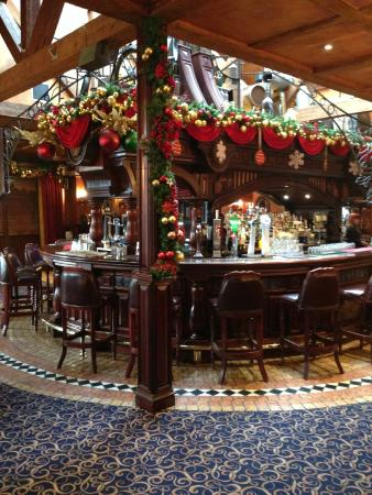 Da Vinci's Hotel Derry: Festive Atmosphere in the Bar