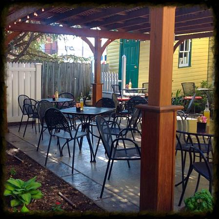Tomato Pie Cafe: Outdoor seating