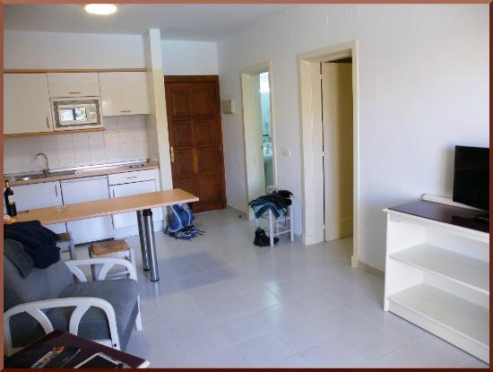 wohnzimmer mit tür zu flur, schlaf- und badezimmer - picture of, Wohnzimmer