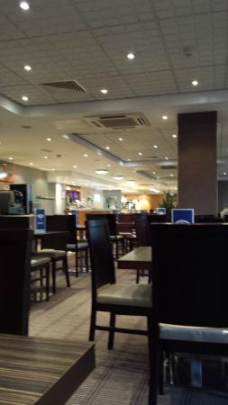 Holiday Inn Express London - Park Royal: Reception / Dinning area