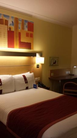 Holiday Inn Express London - Park Royal: Bed