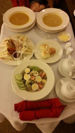 Harolds Hotel: In room dining service, good taste!