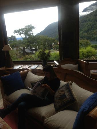 Petrohué Lodge : Frente a la chimenea
