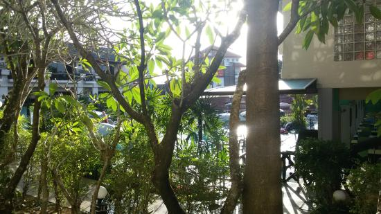 Anyavee Ban Ao Nang Resort : vista parziale sulla piscina
