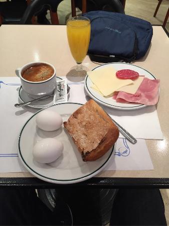 Hotel Trafalgar: Завтрак в отеле.