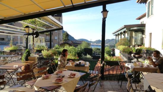 Albergo Della Torre : Desayunado frente al lago di Como
