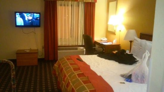 Baymont Inn & Suites Springfield: dark outdated room