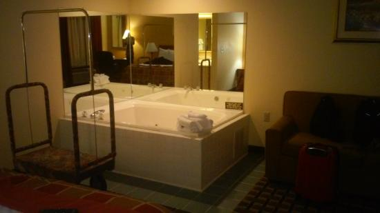 Baymont Inn & Suites Springfield: the jacuzzi tub