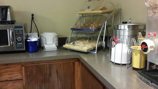 Days Inn Goodlettsville: Breakfast bar 2