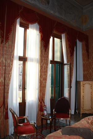 Hotel Ca' Vendramin di Santa Fosca : Our bedroom in 204 has 4 huge, french doors opening to the balcony.