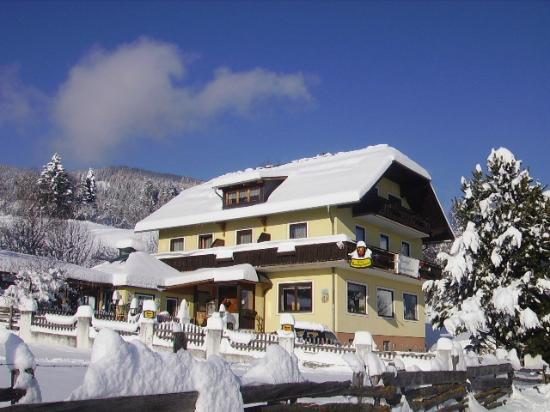 Fanningerwirt Christa und Anton Holzer: Winter - Hausbild